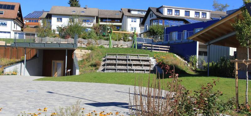 Blick auf den Rößleplatz mit Freilufttribüne und Pavillon (rechts)